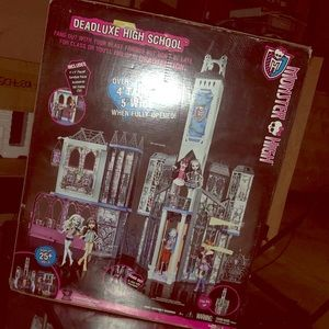 I am selling a Monster High Deadluxe Playset.